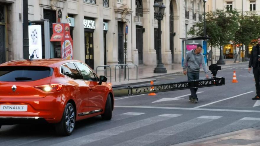 Una marca de coches francesa rueda un spot en la Plaza del Ayuntamiento de València