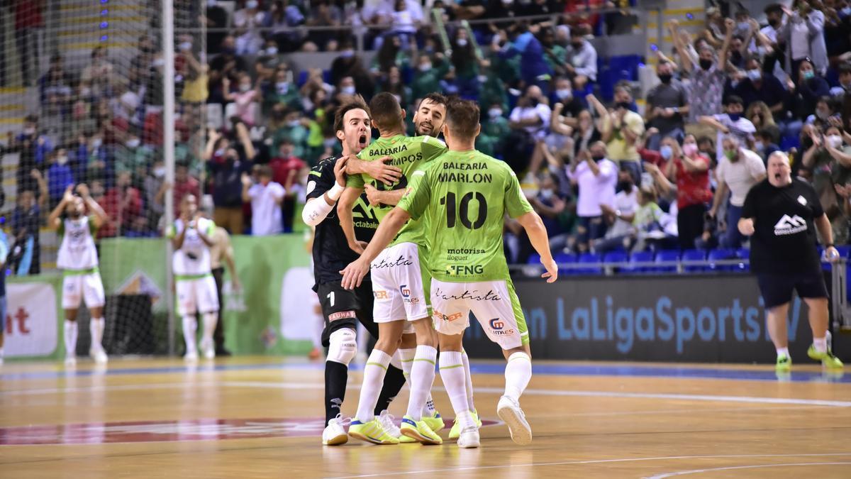 Los jugadores del Palma Futsal celebran uno de los seis goles logrados ante el Barcelona.