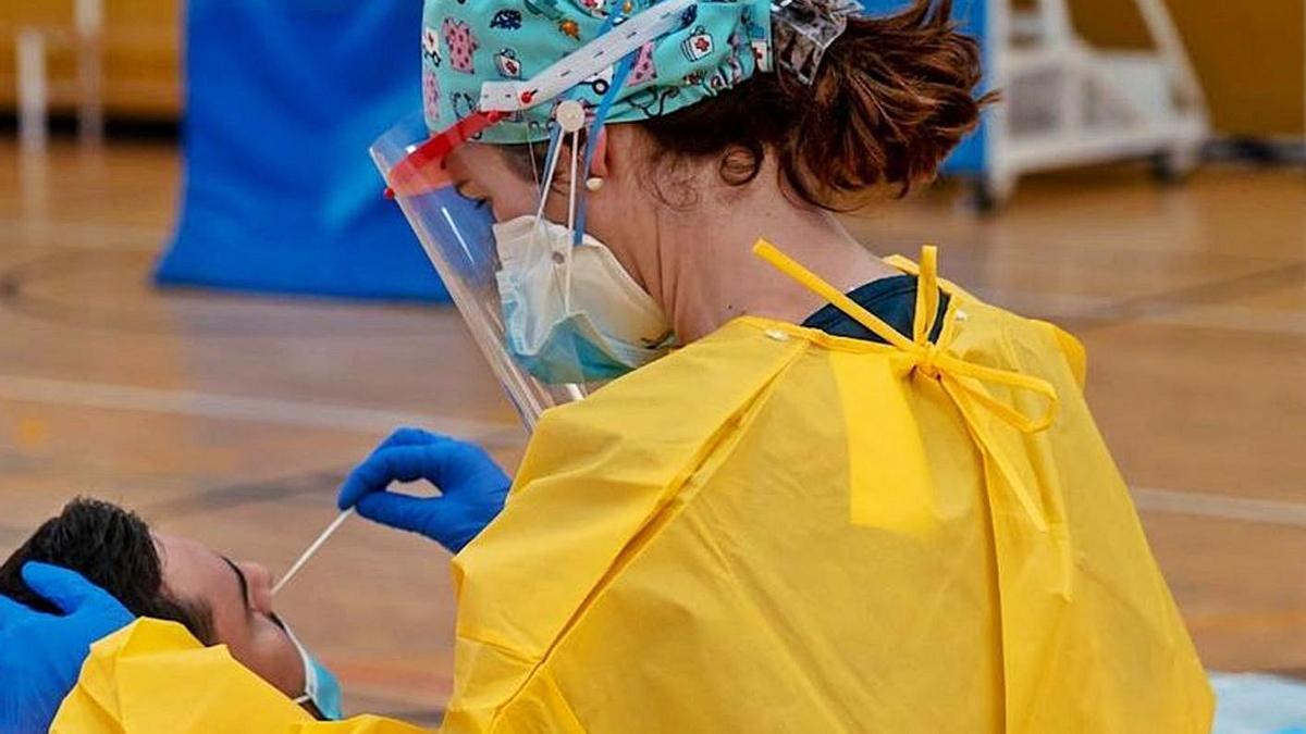 Una sanitaria toma una muestra en uno de los cribados masivos andaluces. | E.P.