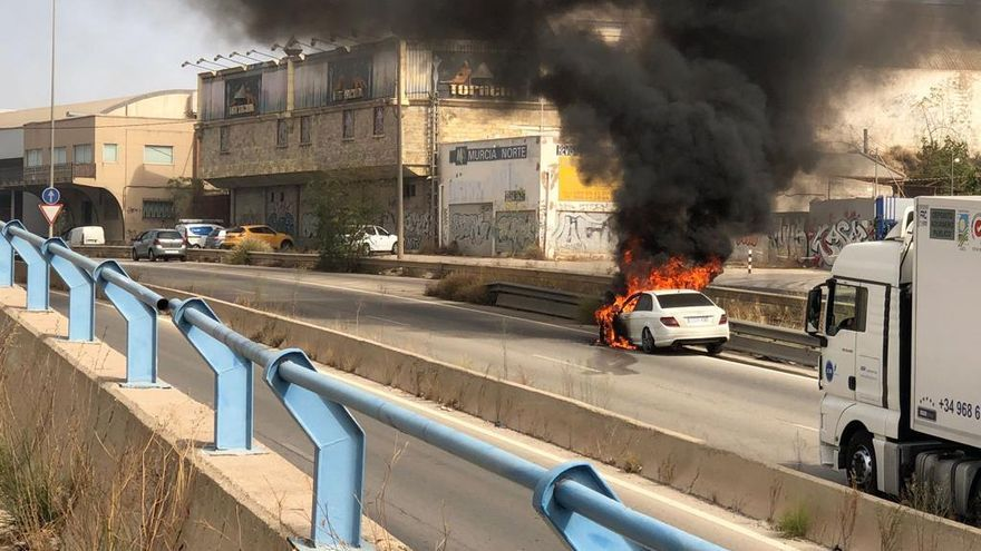 Apagan un coche ardiendo en la entrada de Molina de Segura