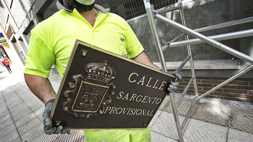 La reposición de las placas de bronce culmina la restitución del viejo callejero