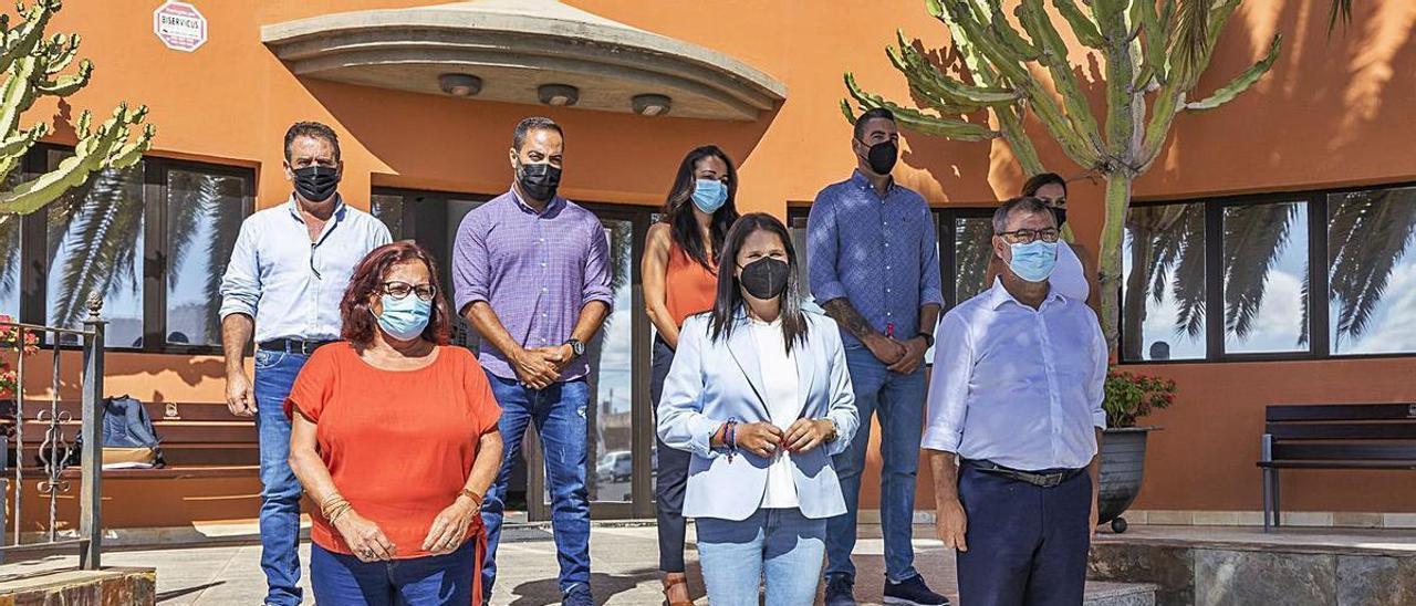 Foto de familia, ayer, del nuevo grupo de gobierno conformado por Partido Popular, PSOE y Nélida Padilla.     FUSELLI