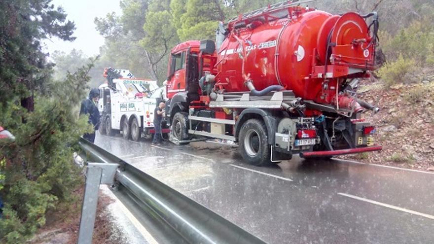 Reestablecido el tráfico en la carretera de Ibiza cortada durante horas al volcar un camión