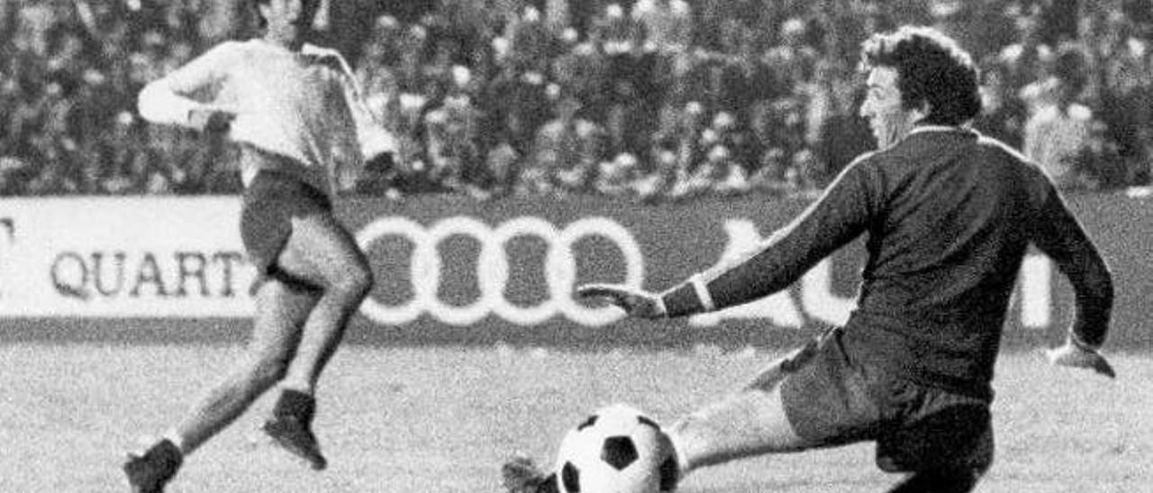 Morete supera a Castro, portero del Sporting, en el Insular.