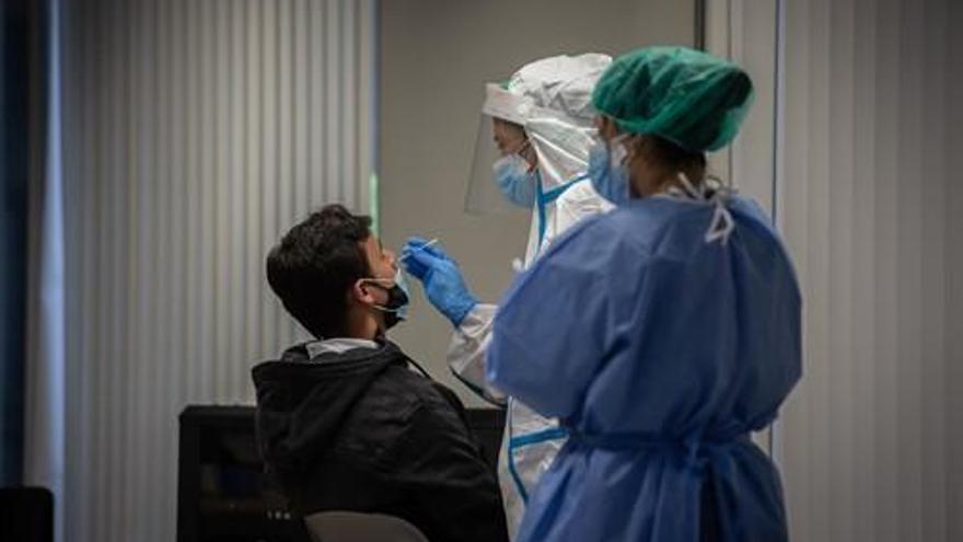 Andalucía baja de los 1.000 hospitalizados por coronavirus y registra 236 pacientes en UCI
