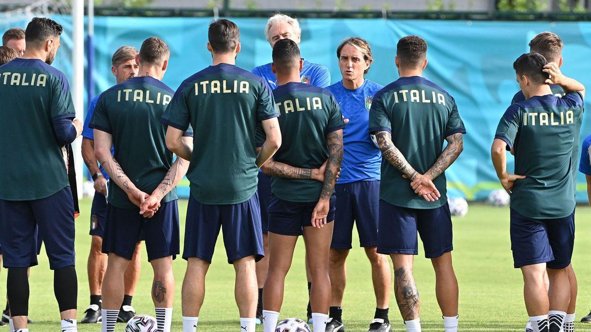 Mancini se reúne con los jugadores de la selección de Italia en un entrenamiento en Roma