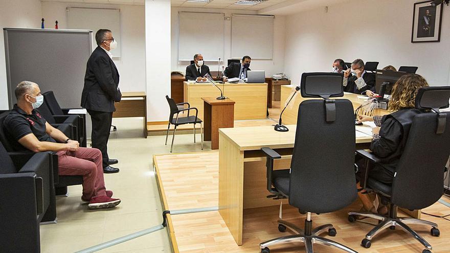 Absueltos un exedil y un policía local de Benidorm acusados de filtrar un examen