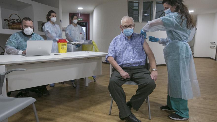 Fiscalía abre investigación en Asturias por si se adelantaron vacunas a personas no prioritarias