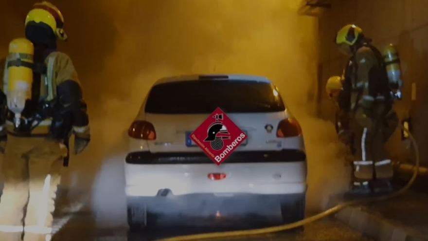 Vídeo: Así ha sido el incendio de un vehículo que ha causado retenciones kilométricas en el túnel de Sant Joan