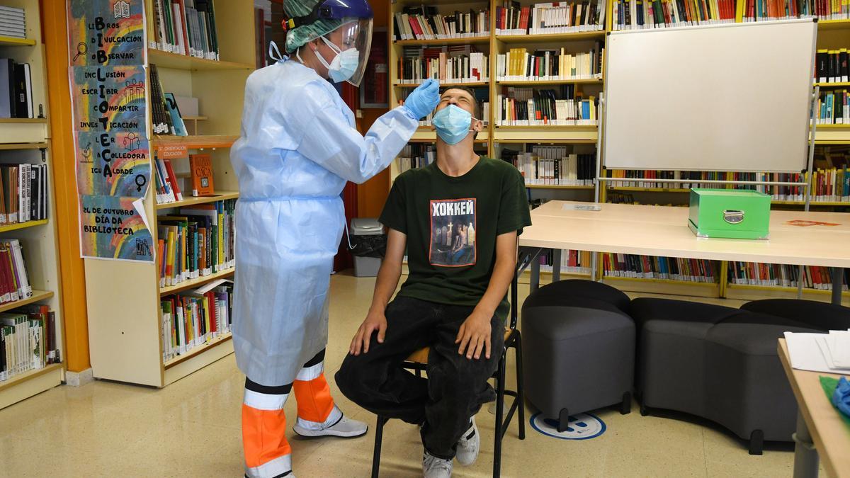 Un joven se somete a la prueba en el IES de Poio.