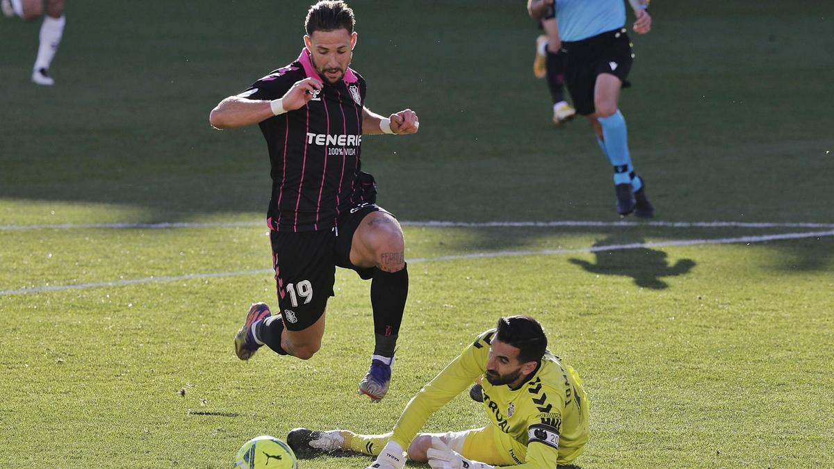 Fran Sol regatea a Tomeu Nadal antes de marcar el 0-2 en el partido de ayer entre Albacete yTenerife.