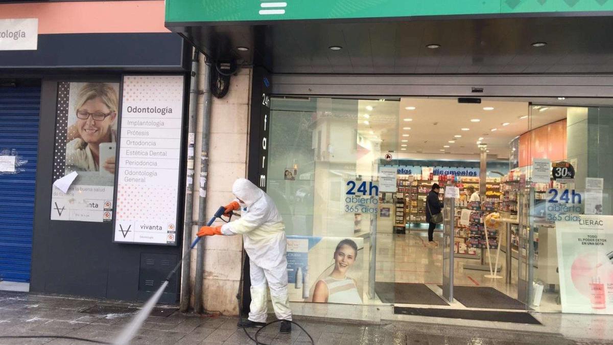 Trabajador de Emaya desinfectando una calle.