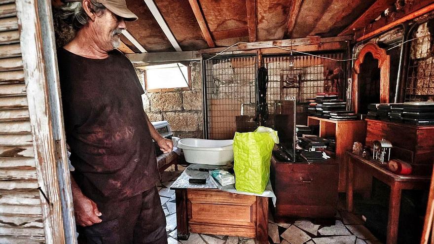 Iñaki Mora guarda sus tesoros en la casa que ha construido con sus manos y bloques de una finca cercana a la vera del barranco de Tahodio, en Santa Cruz.