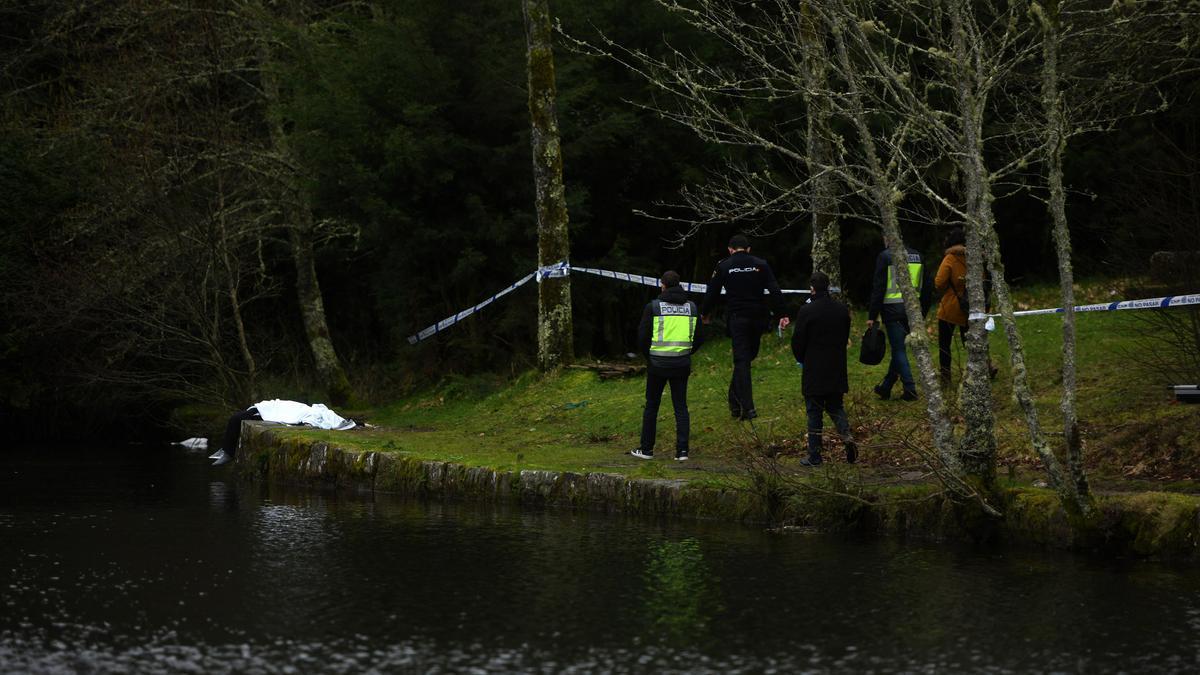 Agentes de Policía el pasado viernes en lago Castiñeiras tras la muerte de una mujer.