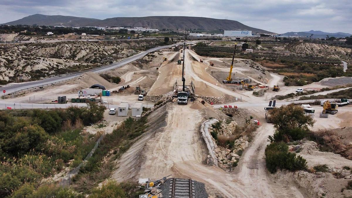 Trabajos que se están llevando a cabo en Cieza y que han provocado la paralización de la circulación ferroviaria entre Murcia y Albacete.