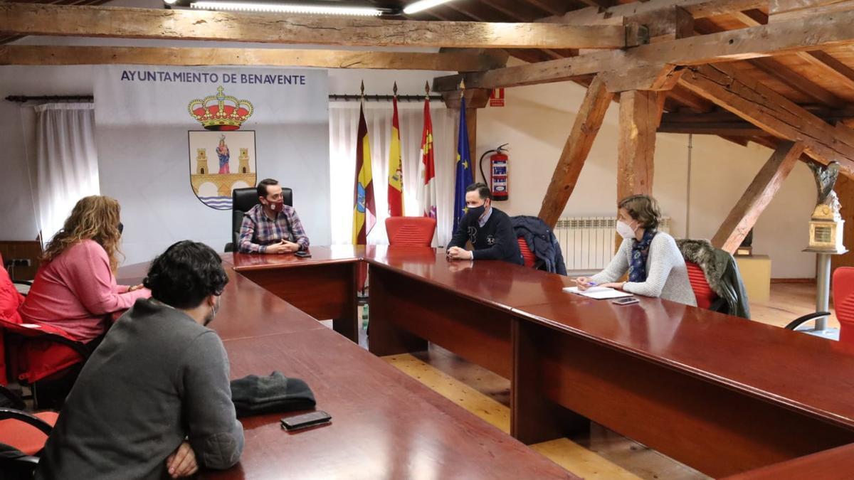 Encuentro de representantes municipales del Ayuntamiento de Benavente con representantes de Aquona. / E .P.