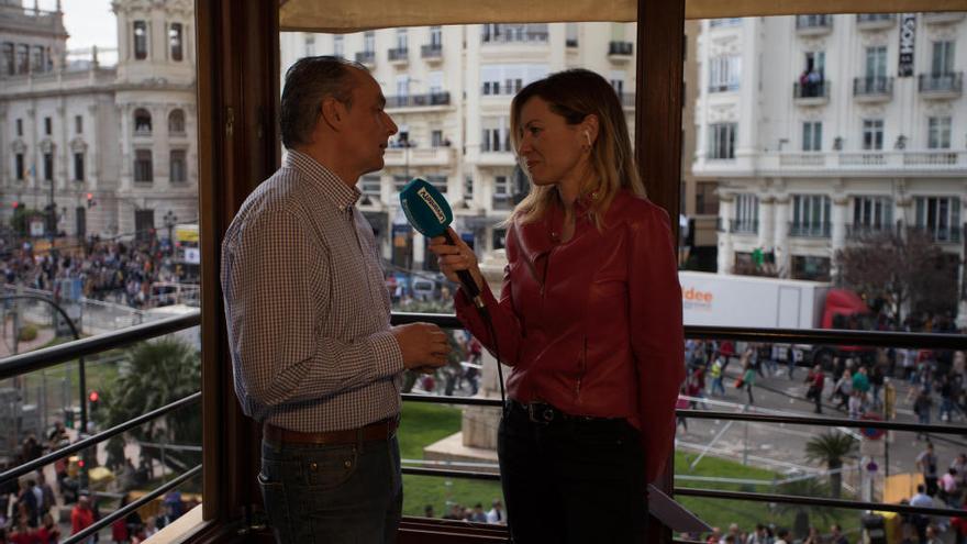 Puig y Navarro inauguran un balcón fallero de Levante-EMV a rebosar