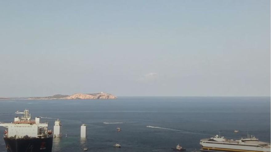Cuatro horas para liberar a dos ferris en Ibiza