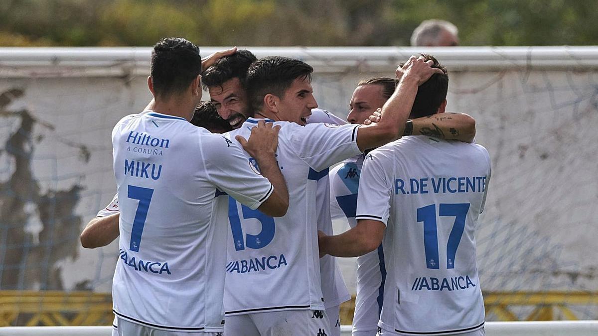 Los jugadores del Deportivo celebran uno de los goles ante el Calahorra. |  // LOF