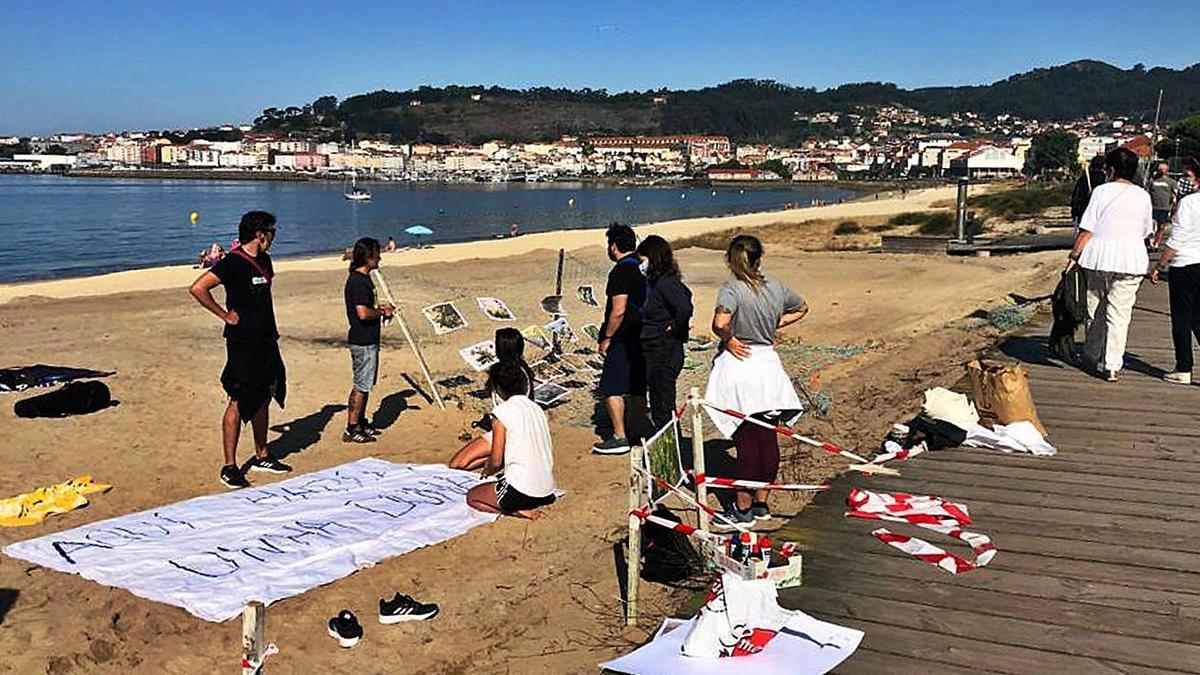 Un grupo de personas despliega una pancarta y carteles con las especies afectadas.   | // G.N.