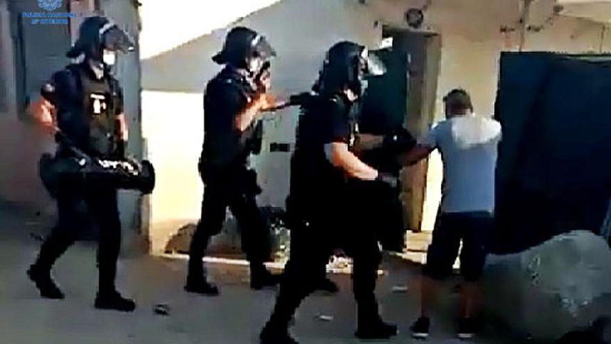 Arrestan a dos hombres por el robo de cuatro armas de fuego en unos trasteros