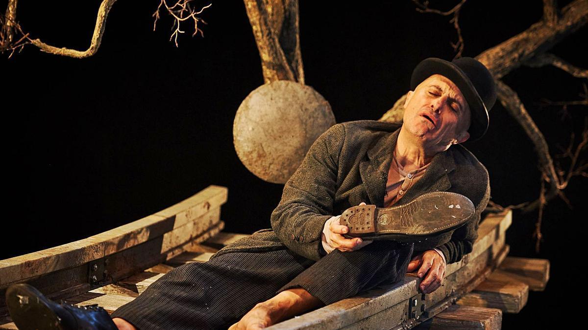 """El actor Pepe Viyuela, caracterizado como Estragón en un momento de la obra teatral """"Esperando a Godot""""."""
