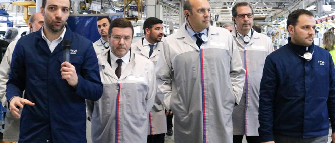 El vigués José Maria Castro, primero por la izquierda, junto al ministro de Economía luso, Pedro Siza Vieira, a su lado. // PSA