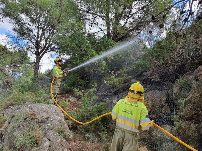 Los bomberos controlan un incendio provocado en el término municipal de Moixent