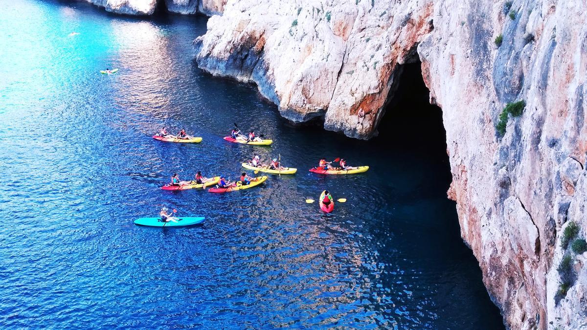 La entrada a la Cova del Llop Marí, en el litoral de acantilados de Xàbia