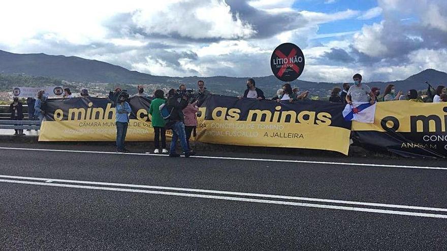 Vecinos de Galicia y Portugal se concentran contra la mina de litio de la Serra d'Arga