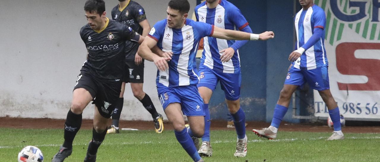 Una jugada del Avilés-Caudal de esta temporada en el Suárez Puerta.
