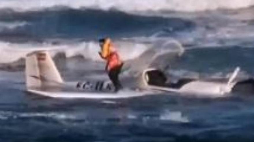 Una avioneta ameriza en una playa de Gran Canaria y sus dos ocupantes salen ilesos