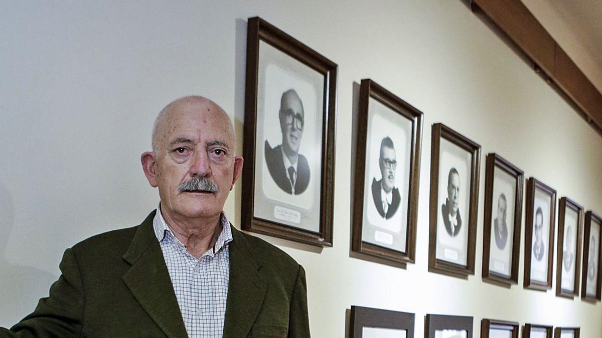 Ramón Rodríguez, en el palacio del Conde de Toreno, en Oviedo, ante la galería de retratos de sus antecesores en la dirección del Real Instituto de Estudios Asturianos. | Julián Rus