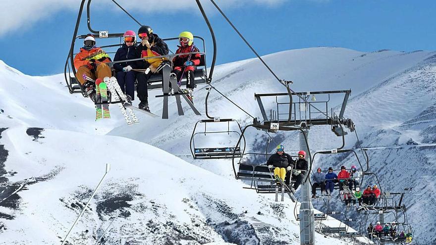 Las tarifas para esquiar en Asturias suben pese a que la temporada será más corta