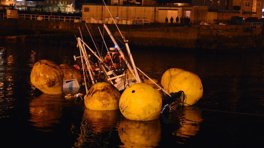"""Reflotan el barco """"Cacheira Segundo"""" y lo trasladan a Bueu para su reparación"""