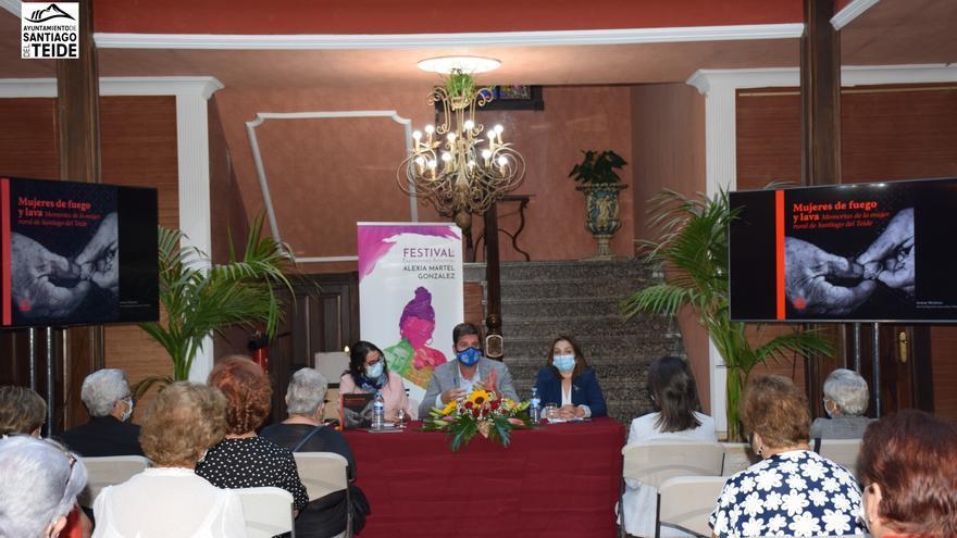 """El Alcalde presentó el libro """"Mujeres de Fuego y Lava. Memorias de la Mujer Rural de Santiago del Teide"""""""