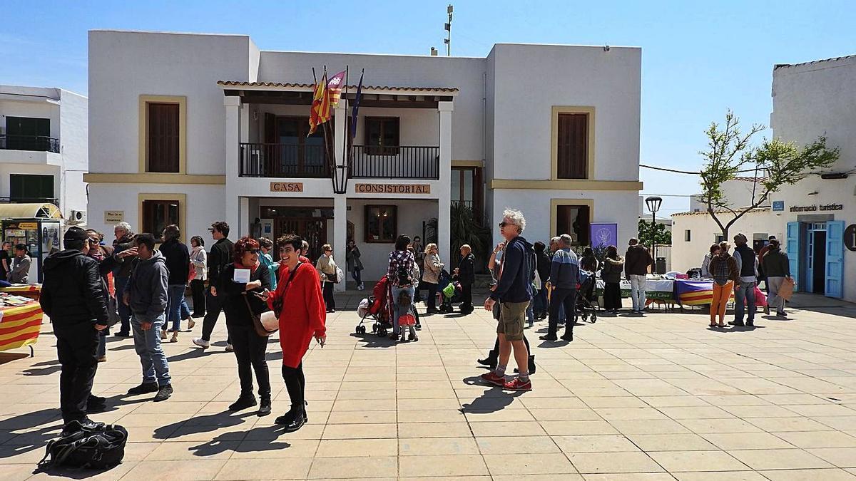 Una imagen de la plaza de la Constitución, en 2019, con motivo de Sant Jordi.   C.C.
