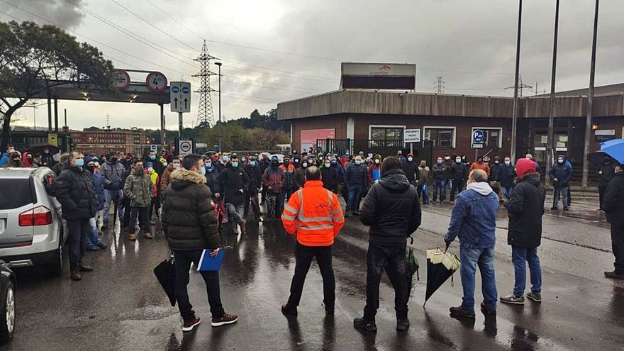 Rebrota el conflicto en Arcelor: la plantilla de la acería de Gijón rechaza el ajuste