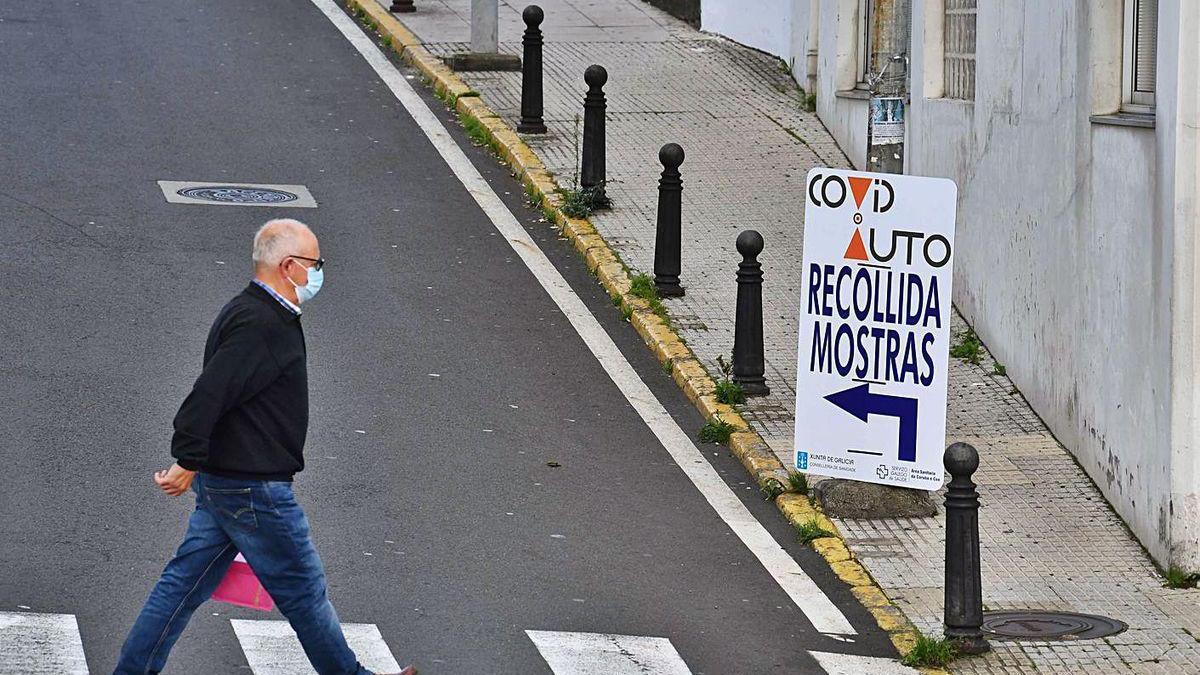 Un hombre camina en las inmediaciones del Covidauto del Hospital de A Coruña.