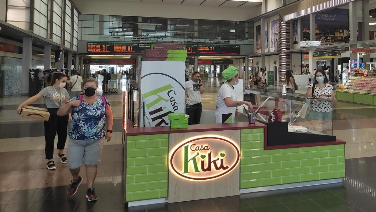 El puesto de venta de Casa Kiki, en la estación Málaga María Zambrano.