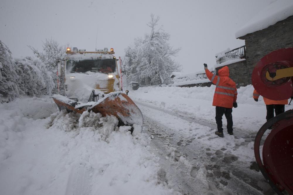 Así se vive en pleno temporal de Nieve en Leitariegos