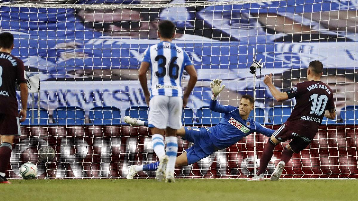 Aspas lanza y marca el penalti que dio el triunfo la pasada temporada al Celta en el Real Arena en el último partido         entre ambos equipos en LaLiga.    // JAVIER ETXEZARRETA