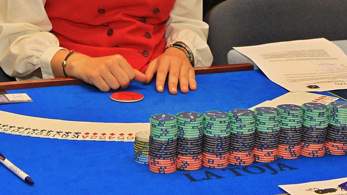 Las mesas de juego del Casino La Toja quedan temporalmente cerradas.     //  MUÑIZ