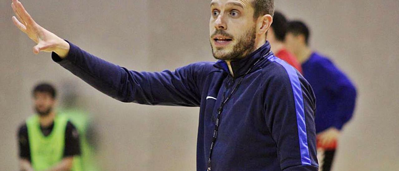 Nacho González es entrenador del conjunto cidiano desde el año 2019. |  // CLUB BALONMANO BURGOS