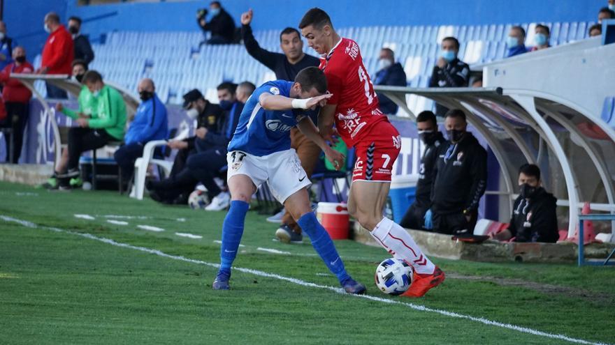 El Real Murcia toca fondo y Adrián tiene un pie fuera (2-0)