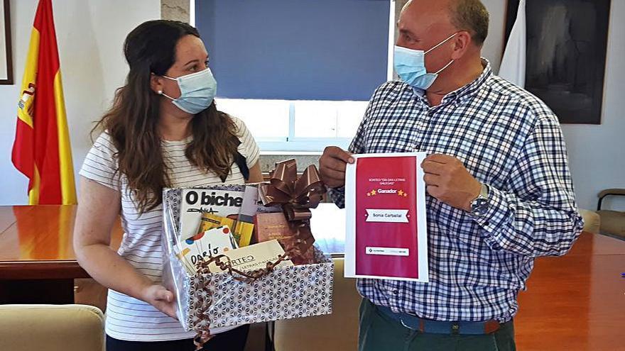 Sonia Carballal recibe el lote de libros de Agolada