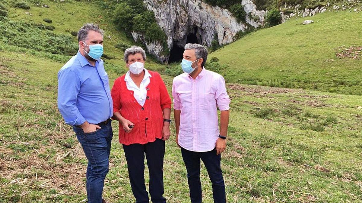 Por la izquierda, Fernando Prendes, María Díaz y Alejandro Calvo, en la zona de Cuevallagar.