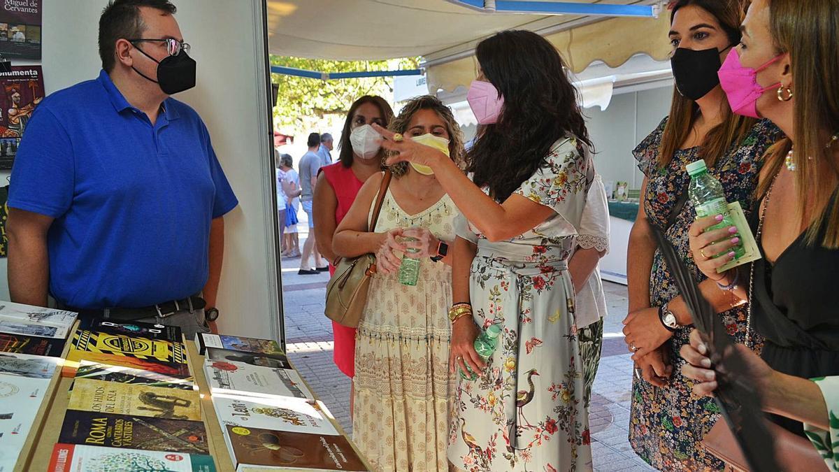 María Oruña conversa con uno de los libreros de la Feria de Benavente, tras la inauguración oficial.   E. P.