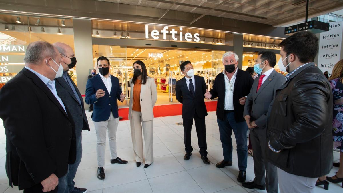 Autoridades y responsables del centro, en la inauguración