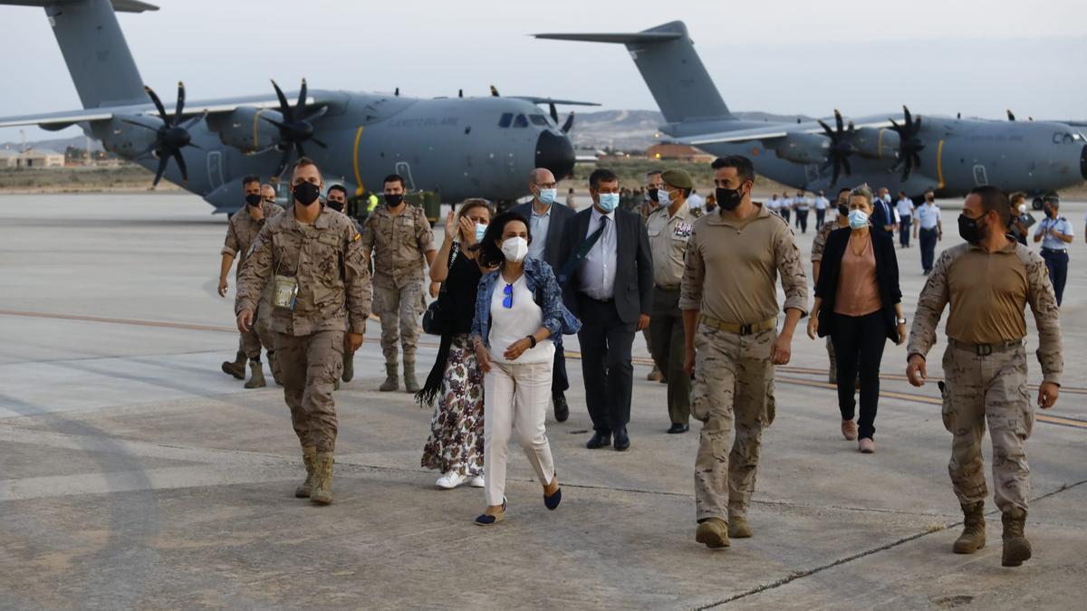 Margarita Robles acude al encuentro de los militares desembarcados.